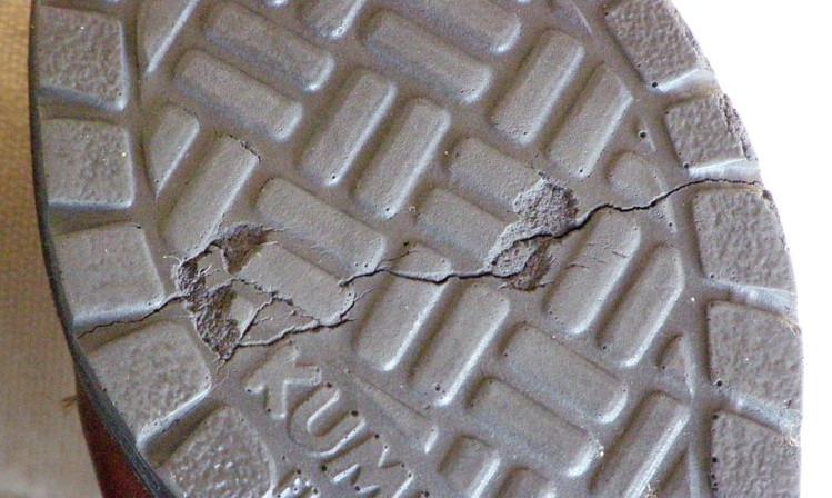 Czym skleić pękniętą podeszwę buta