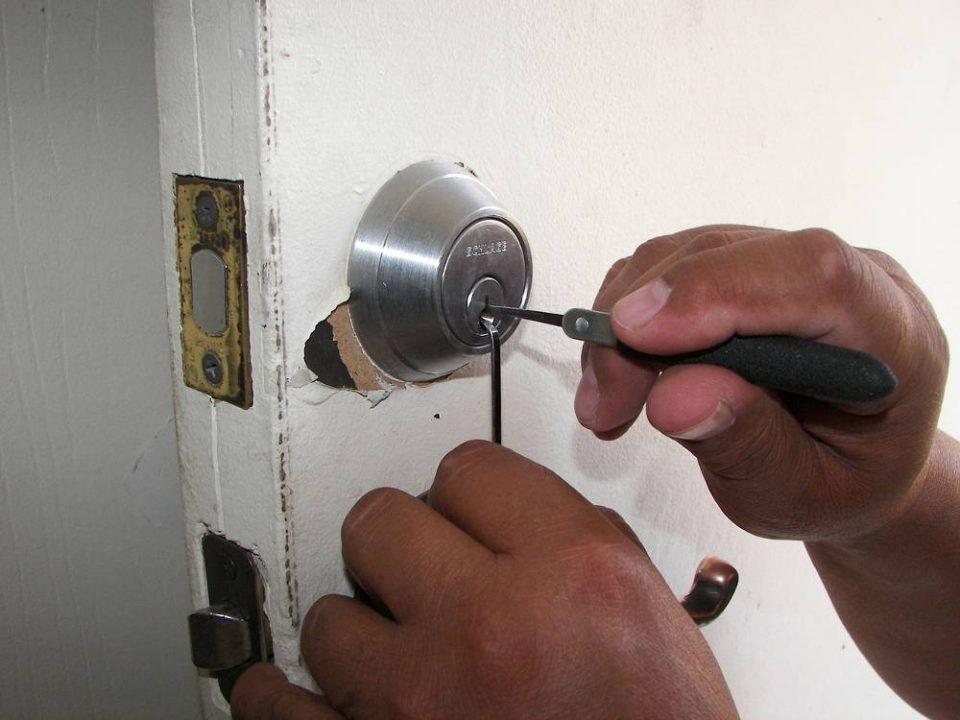 Jak przebiega awaryjne otwieranie drzwi