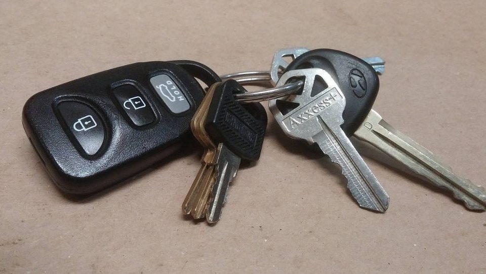 Zatrzaśnięte kluczyki w aucie - co dalej