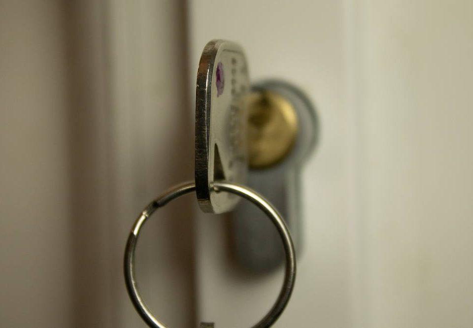 Jak wyjąć złamany klucz z zamka