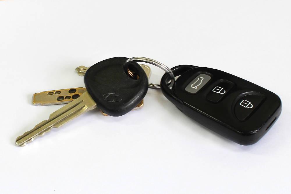 Czym skleić kluczyk samochodowy